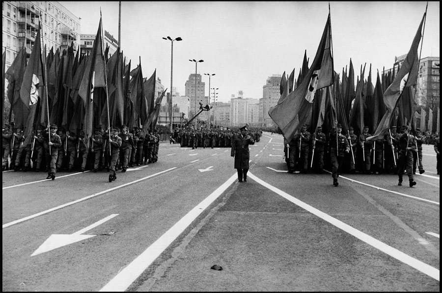 Harald Hauswald - Photo - May Day on the Karl-Marx-Allee